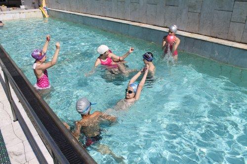 Девчонки резвятся в бассейне фото 48-903